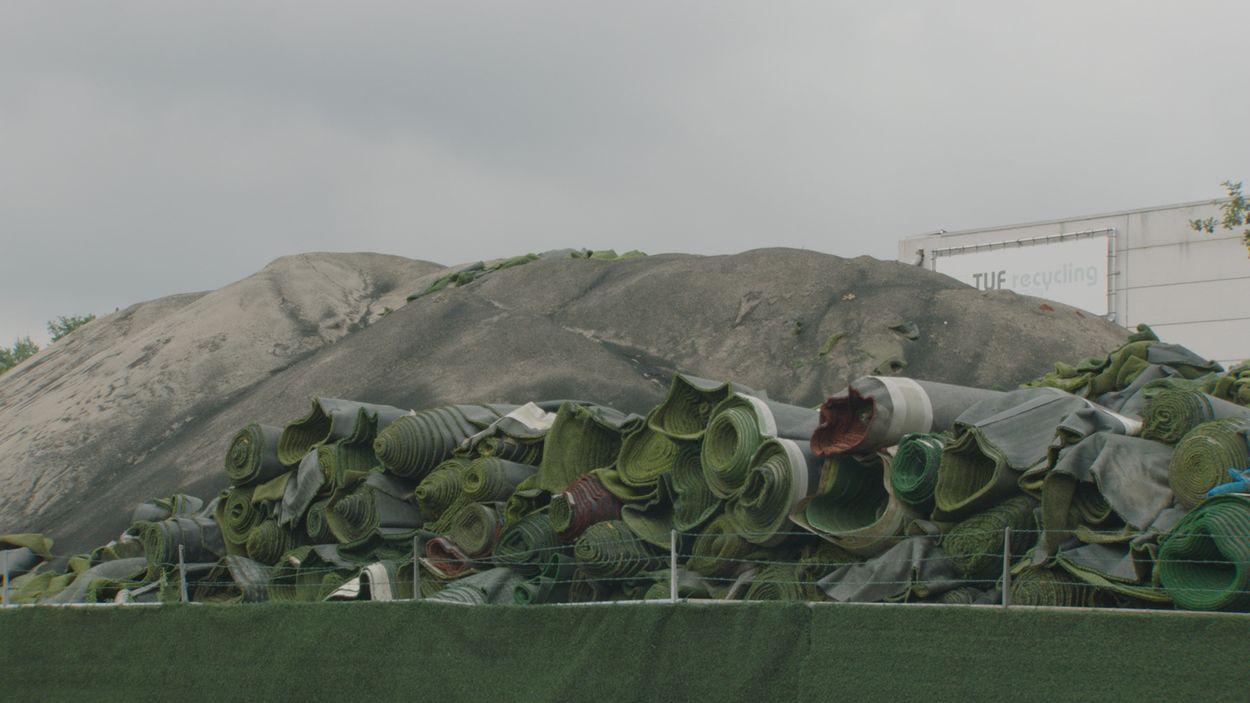 Afbeelding van ZEMBLA onthult: recyclingbedrijven kunstgras overtreden structureel milieuregels