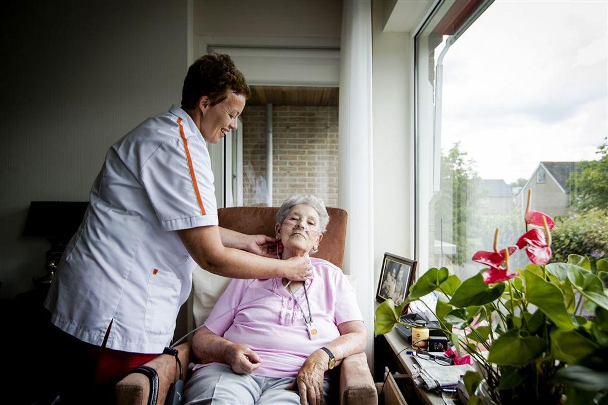 Afbeelding van Eindelijk meer handen aan het bed? 125.000 extra banen in nieuwe afspraken ouderenzorg