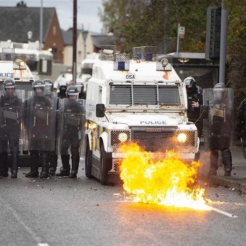 Afbeelding van Rellen in Noord-Ierland: stenen, molotovcocktails en gewonde agenten